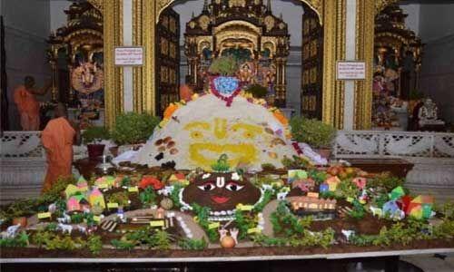 गोवर्धन पूजा में उमड़ा देशी-विदेशी भक्तों का सैलाब