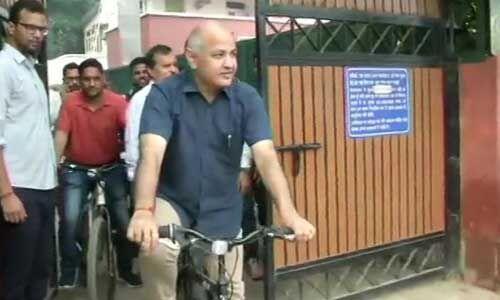 दिल्ली में ऑड इवन नियम हुआ लागू, उप मुख्यमंत्री साइकिल से पहुंचे ऑफिस