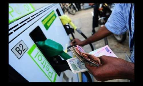पेट्रोल चार दिन बाद हुआ सस्ता, डीजल के भाव स्थिर