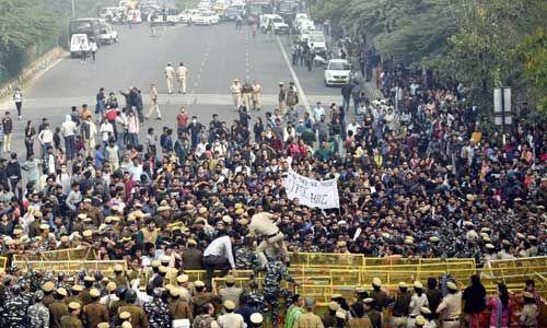 जेएनयू : बढ़ी फीस पर छात्र-छात्राओं में आक्रोश, सड़क पर उतरे