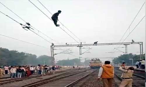 रेलवे की केवीए लाइन पर चढ़ा विक्षिप्त युवक, कड़ी मशक्कत के बाद सुरक्षित उतारा