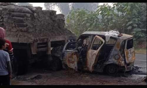 ट्रक से टकराने के बाद कार में लगी आग, 5 की मौत