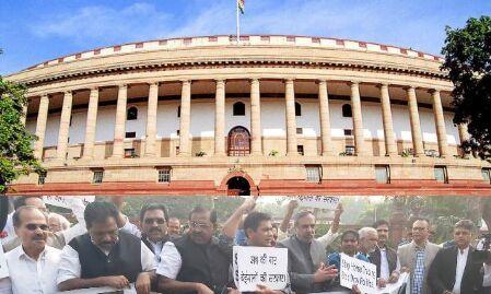 सदन में हंगामे के बीच कांग्रेस सांसदों की मार्शलों के साथ भिडंत
