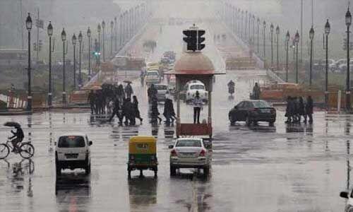 दिल्ली में बारिश से गिरा पारा, पहाड़ों ने ओढ़ी बर्फ की सफेद चादर