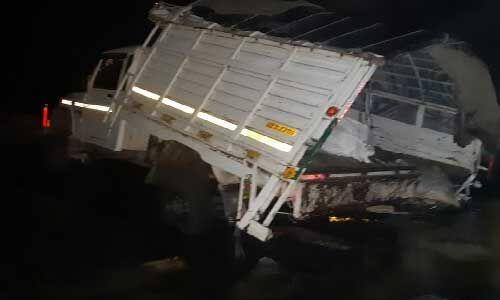 पिकअप वैन पुल के नीचे गिरी, 7 लोगों की मौत, 24 घायल