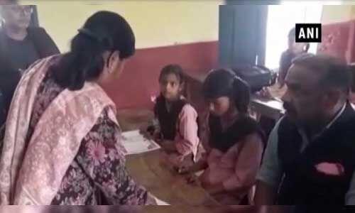 डीएम के सामने इंग्लिश नहीं पढ़ पाने वाली दो शिक्षिकाओं को किया सस्पेंड