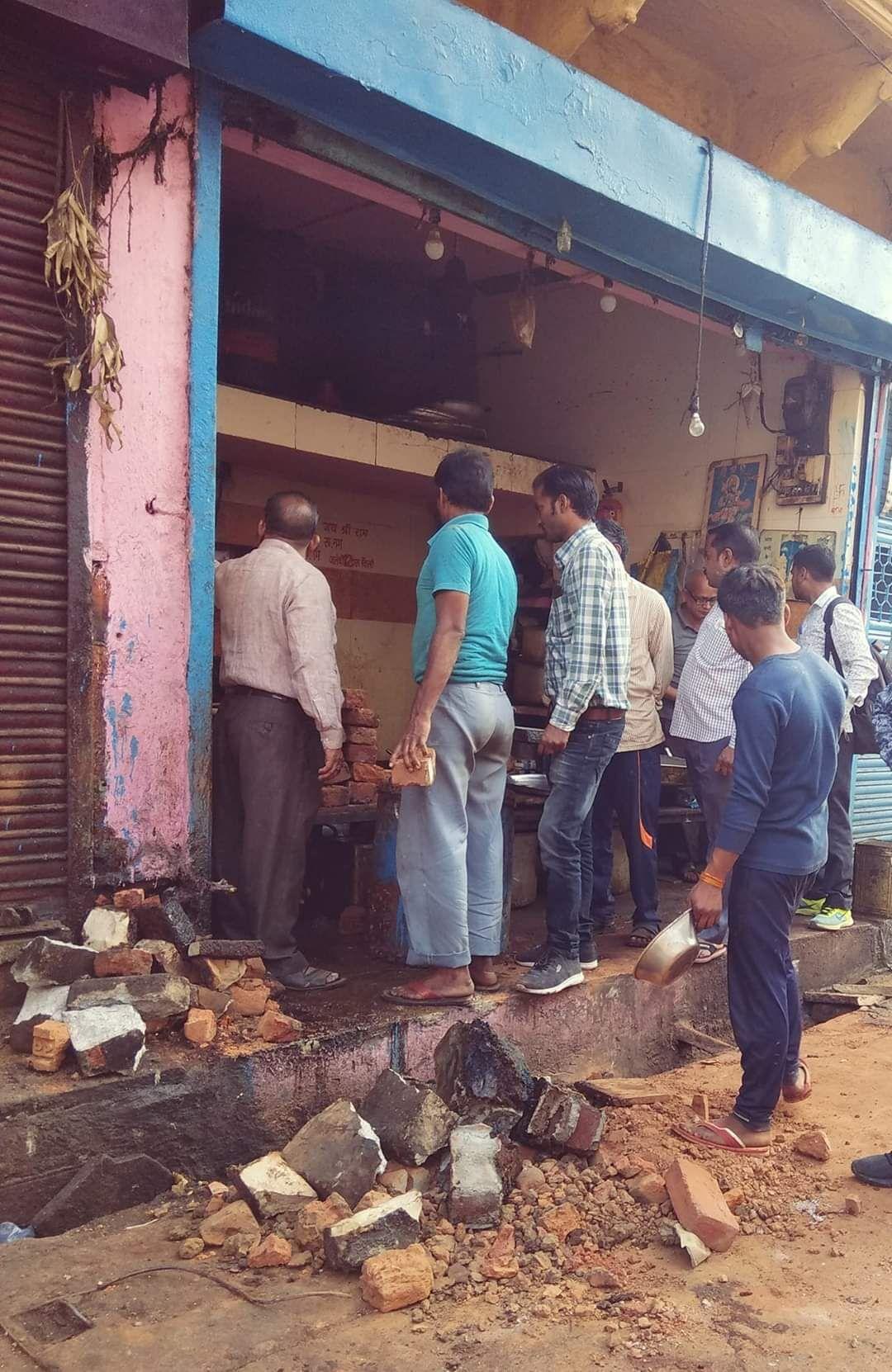 पाटनकर चौराहे पर प्रसिद्ध नाश्ते की दुकान पर निगम ने की तुड़ाई