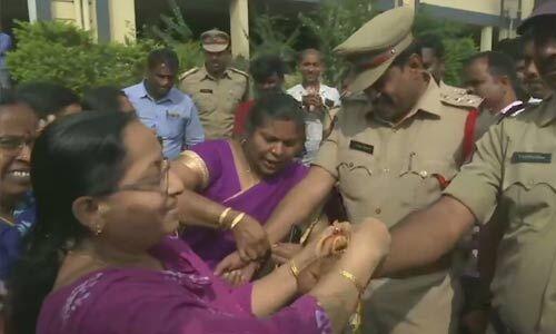 हैदराबाद रेप केस: चारों आरोपी एनकाउंटर में ढेर, लोगों ने पुलिस पर बरसाए फूल, महिलाओं ने बांधी राखी