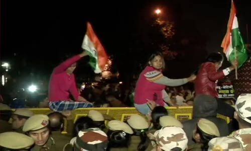 उन्नाव गैंगरेप कांड : इंसाफ के लिए राजघाट से इंडिया गेट तक कैंडल मार्च, रेप पर लोगों का फूटा गुस्सा