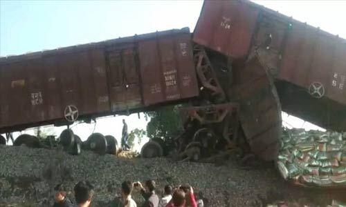 मालगाड़ी के 7 डिब्बे हुए बेपटरी,19 ट्रेनें हुई प्रभावित