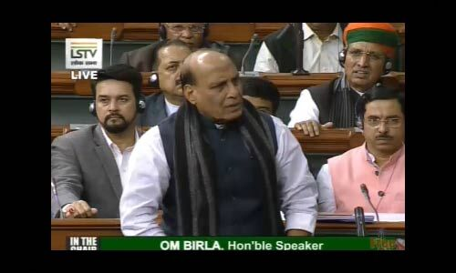 संसद में राजनाथ सिंह बोले - राहुल गांधी को सांसद रहने का हक नहीं