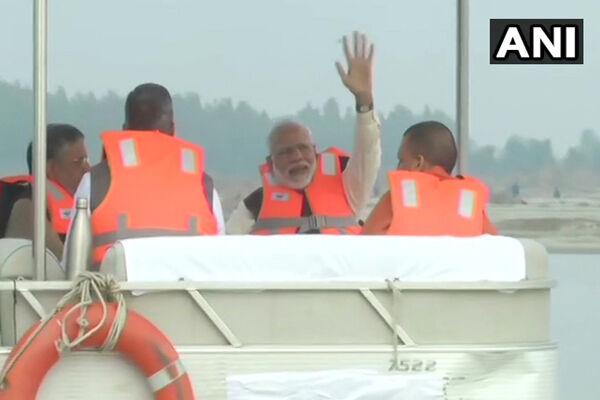 पीएम मोदी ने नौकायन कर किया गंगा नदी का मुआयना