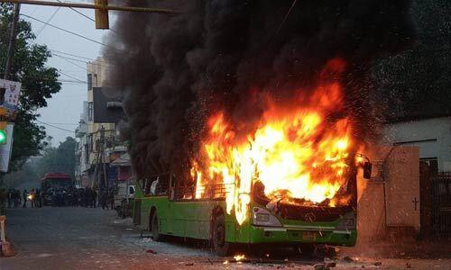 नागरिकता कानून की हिंसा पूर्वोत्तर भारत से होती हुई पहुंची दिल्ली, प्रदर्शनकारियों ने तीन बसों में लगाई आग