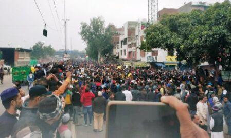 जामिया के बाद अब सीलमपुर में हिंसक हुआ प्रदर्शन, आगजनी के बाद मेट्रो स्टेशन बंद, देखें वीडियो
