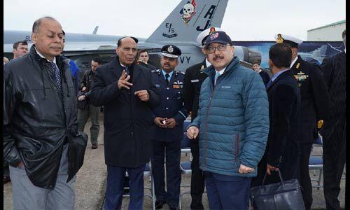 राजनाथ ने किया अमेरिकी नौसैनिक एयर स्टेशन का दौरा