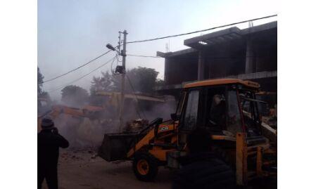 कांग्रेस नेता साहब सिंह गुर्जर की बिल्डिंग पर निगम ने की तुड़ाई