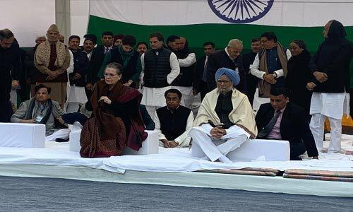 नागरिकता कानून के खिलाफ राजघाट पर कांग्रेस ने किया सत्याग्रह : सोनिया, मनमोहन, राहुल ने पढ़ी संविधान की प्रस्तावना