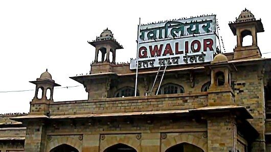 अब यात्रियों को कुली कहेंगे स्वागत है ग्वालियर रेलवे स्टेशन पर