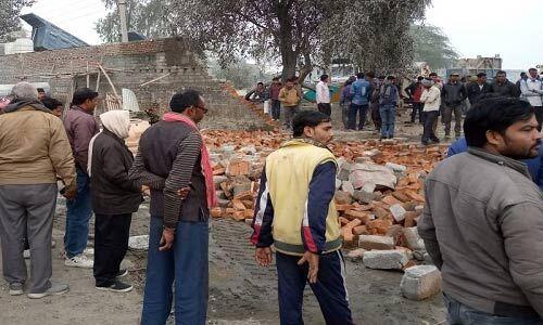 बरुआ सागर रोड में बने क्रेशर प्लांट की जर्जर दीवार गिरी, पांच लोगों की मौत