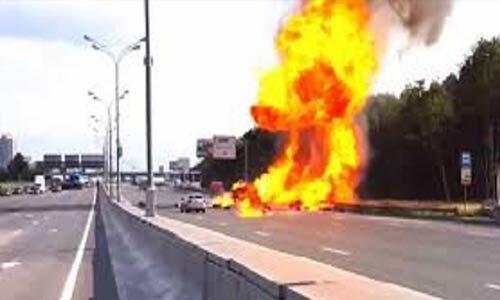 गैस सिलेंडर से भरे ट्रक में धमाका, स्कूल बस में भी लगी आग