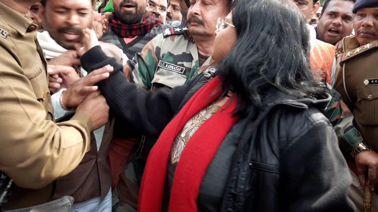 Photo / राजगढ़ में कलेक्टर निधि निवेदिता ने #CAA समर्थक युवक को मारा थप्पड़
