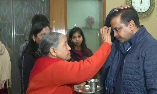 मां ने बांधा रक्षा सूत्र, पर्चा भरने से पहले अरविंद केजरीवाल का रोड शो