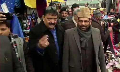 श्रीनगर के लाल चौक पर स्थानीय लोगों से मिले केन्द्रीय मंत्री नकवी, कहा - पूरे कश्मीर में सकारात्मक माहौल