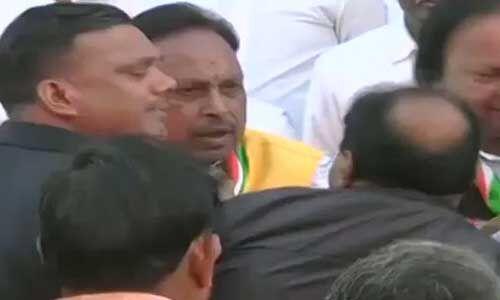 मप्र कांग्रेस ऑफिस में ध्वजारोहण के दौरान दो नेताओं में मारपीट, देखें VIDEO