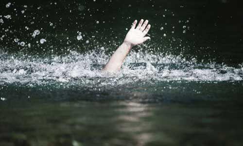 तालाब में पलटी नाव, तीन युवकों की डूबकर मौत