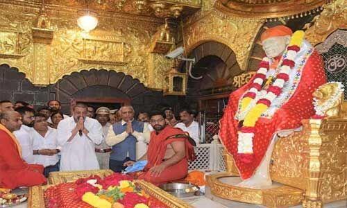 संजय दत्त ने शिरडी के साईं बाबा मंदिर पहुंचकर की पूजा-अर्चना