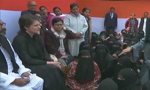 उप्र : सीएए प्रदर्शनकारी महिलाओं से मिलीं प्रियंका गांधी