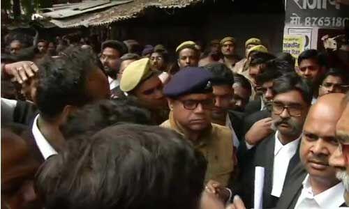 लखनऊ के वजीरगंज कोर्ट में फेंके गए देसी बम, तीन वकील घायल