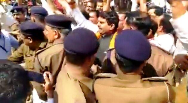 भाजपा कार्यकर्ताओं ने सीएम कमलनाथ को दिखाए काले झंडे, सांसद गिरफ्तार