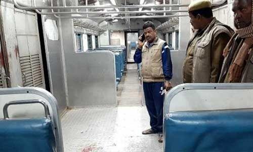 प्रयागराज से गाजीपुर जा रही पैसेंजर ट्रेन में चले देसी बम, फोरेंसिक टीम ने शुरू की जांच