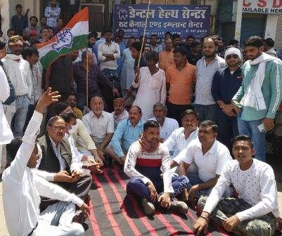 सरकार से नाराज चल रहे विधायक मुन्नालाल के घर पहुंचे कांग्रेस कार्यकर्ता, दिया धरना