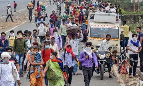 दिल्ली सीमा से गाजियाबाद में लगातार आ रही भीड़, कौशांबी से बसों का संचालन बंद