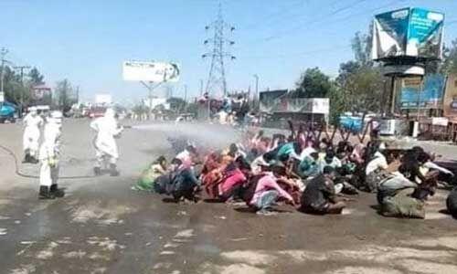लॉकडाउन में बरेली लौटे मजदूरों पर हुआ केमिकल का छिड़काव, योगी सरकार पर भड़का विपक्ष