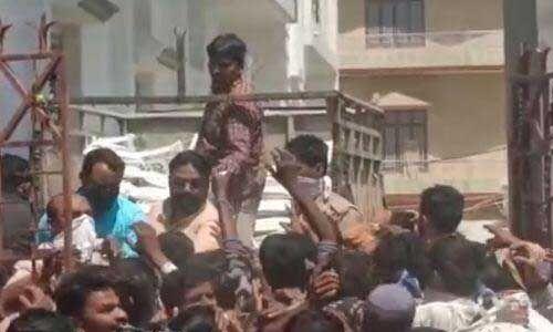 सपा विधायक ने लॉकडाउन की उड़ाई धज्जियां, घर पर जमा कर ली भीड़, फेंककर बांटे राशन