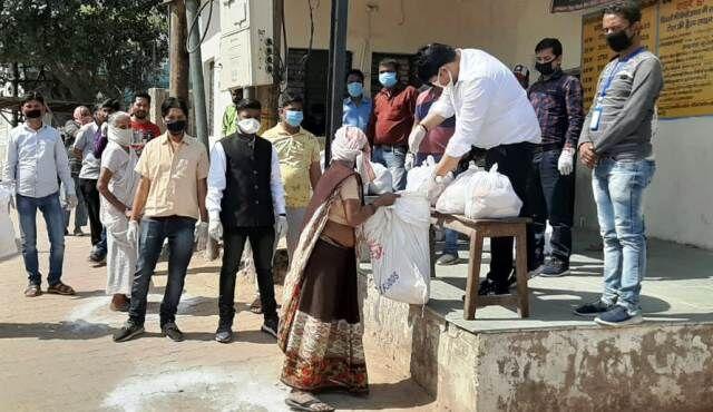 वृन्दावन : विद्युत् विभाग के कर्मचारियों ने गरीबों में बांटा राशन