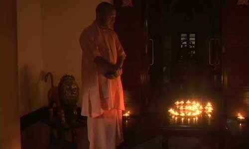 योगी आदित्यनाथ ने जलाए कोरोना के अंधकार को दूर करने के लिए दीये