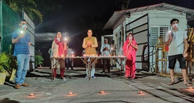मुख्यमंत्री चौहान ने परिवार के साथ जलाये दिए, रोशन हुआ प्रदेश