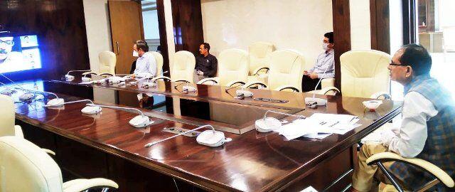 मुख्यमंत्री चौहान ने स्वास्थ्य कर्मी एवं आशा कार्यकर्ताओं का बढ़ाया हौंसला
