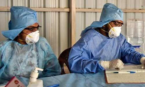 गर्मी से चिकित्सक बेहाल, पीपीई किट में घुट रहा दम
