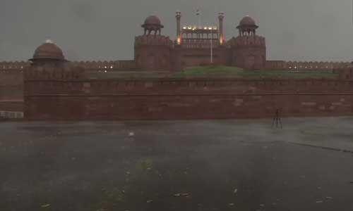 दिल्ली में फिर बदला मौसम का मिजाज, तेज हवा के साथ आई बारिश, कुछ जगहों पर गिरे ओले