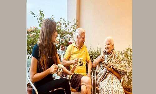 कोरोना से जंग जीतने के बाद कनिका कपूर ने माता-पिता संग शेयर की पहली तस्वीर