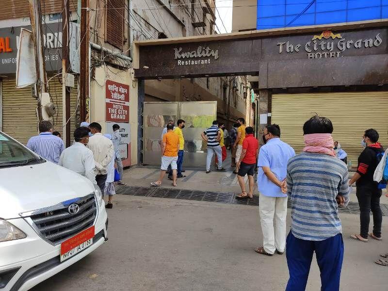 सिटी ग्रैंड होटल में क्वारंटाइन करने के दौरान शान्ति मोहन रेसीडेंसी के निवासियों ने किया विरोध