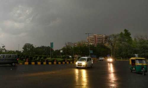 दिल्ली में बारिश से तापमान में आई गिरावट, अगले चार दिनों तक तेज हवा की चेतावनी