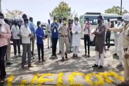इंदौर : कोरोना से टीआई ने जीती जंग, साथियों ने फूलों से किया वेलकम