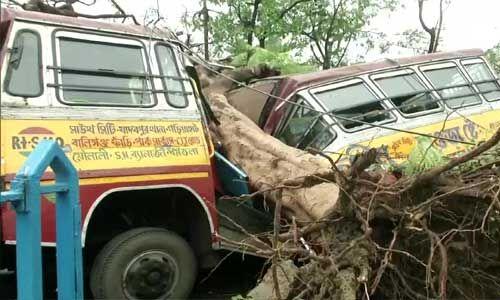 सुपर साइक्लोन अम्फान ने मचाई तबाही, बंगाल में 12 तो ओडिशा में 2 की मौत