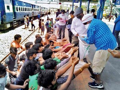 सिग्नल ना मिलने से खड़ी रहीं 24 ट्रेनें, भूख और प्यास से तड़पे मजदूर